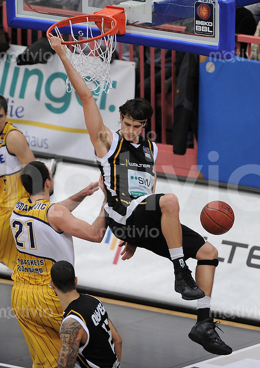 Basketball   1. Bundesliga 2010/2011  19.02.2011 Walter Tigers Tuebingen - EWE Baskets Oldenburg Dane Watts  (re,Tuebingen) beim Dunking  gegen Luka Bogdanovic (li, Oldenburg)