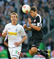 FUSSBALL   1. BUNDESLIGA  SAISON 2012/2013   7. Spieltag   Borussia Moenchengladbach - Eintracht Frankfurt   07.10.2012 Luuk De Jong (li, Borussia Moenchengladbach) gegen Pirmin Schwegler (re, Eintracht Frankfurt)