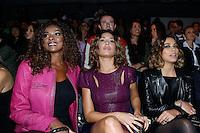 SAO PAULO, SP, 18 DE MARÇO DE 2013. SAO PAULO FASHION WEEK - PRIMAVERA/VERAO 2014 - MOVIMENTAÇAO. A atriz Cris Vianna, a atriz Gisele Itiê e a empresária Bia Anthony na primeira fila do desfile  da marca Tufi Duek -  verão 2014.    FOTO ADRIANA SPACA/BRAZIL PHOTO PRESS