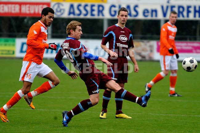 EMMEN - Voetbal, WKE - FC Lienden, Sportpark Grote Geert,  seizoen 2011-2012, 29-01-2012,  FC Lienden speler John van Loenhout passt. Links WKE speler Angelo Zimmerman.