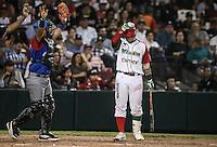 Sebastian Valle de Mexico es puesto out por la via del ponche , durante el segundo partido semifinal de la Serie del Caribe en el nuevo Estadio de  los Tomateros en Culiacan, Mexico, Lunes 6 Feb 2017. Foto: AP/Luis Gutierrez