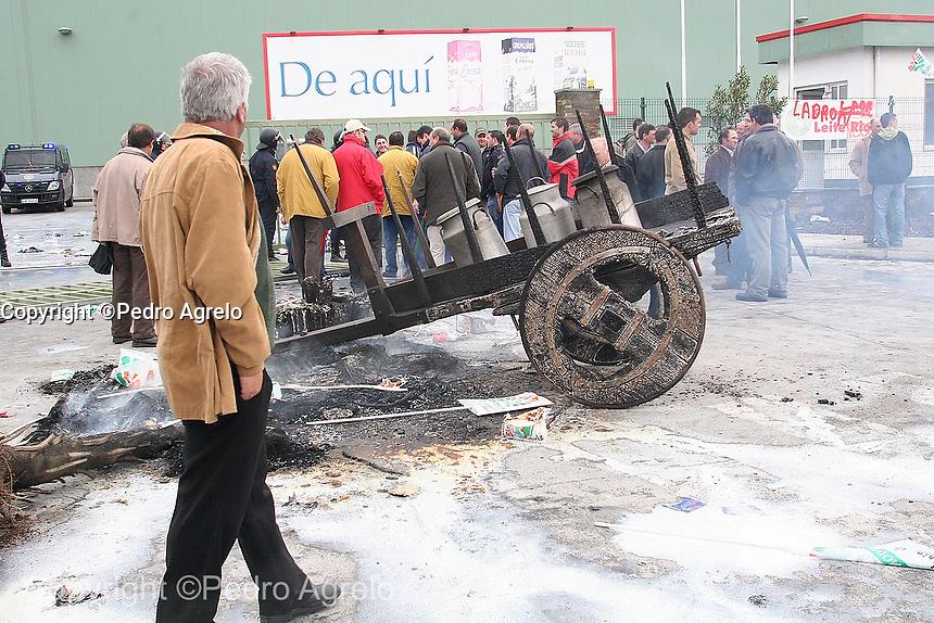 Protesta de ganaderos en la factoria de Leche Rio en Lugo