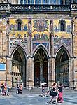 Praga, stolica Czech. 2013-07-23. Kompleks zamku królewskiego na Hradczanach. Mozaika z Sądem Ostatecznym z XIV wieku na elewacji Złotych Wrót.