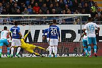 Torwart Michael Esser (SV Darmstadt 98) pariert den Elfmeter von Guido Burgstaller (FC Schalke 04) - 16.04.2017: SV Darmstadt 98 vs. FC Schalke 04, Johnny Heimes Stadion am Boellenfalltor