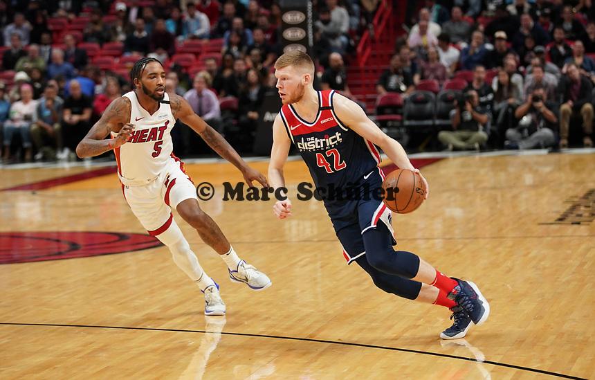 David Bertans (F, Washington Wizards, #42) gegen Derrick Jones Jr. (F/G Miami Heat, #05) - 22.01.2020: Miami Heat vs. Washington Wizards, American Airlines Arena