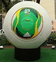 ATENCAO EDITOR: FOTO EMBARGADA PARA VEICULO INTERNACIONAL - SAO PAULO, SP, 07 DEZEMBRO 2012 - CAFUSA  BOLA DA COPA DAS CONFEDERACOES -  A Cafusa bola da Copa das Confederacoes esta em exposição em tamanho gigante ao lado da estacao Sao  Bento na regiao central da capital nessa sexta-feira, 07. (FOTO: LEVY RIBEIRO / BRAZIL PHOTO PRESS)