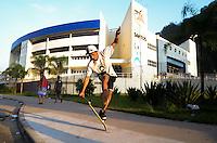 SANTOS, SP, 07 MARÇO 2013 - VELÓRIO CANTOR CHORÃO - Fas andam de skate onde o corpo do vocalista Alexandre Magno Abrão, o Chorão, da banda Charlie Brown Jr., é velado no ginásio esportivo Arena Santos, nesta quinta-feira, 07, na Baixada Santista. Chorão foi encontrado morto na manhã de hoje, em seu apartamento, em São Paulo. (FOTO: ADRIANO LIMA / BRAZIL PHOTO PRESS).