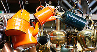 Nederland  Beverwijk - 2017. De Bazaar in Beverwijk. De Bazaar in Beverwijk is al 37 jaar de plek waar uiteenlopende culturen samenkomen en is de grootste overdekte markt in Europa. De Bazaar bestaat uit verschillende marktdelen. De Zwarte Markt. Tweedehands potten, pannen etc.       Foto Berlinda van Dam / Hollandse Hoogte