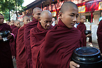 Myanmar, (Burma), Mandalay-Division, Mandalay: Mahar Gandar Yone Monastery. Buddhist monks lining up to receive donations of rice for lunch | Myanmar (Birma), Mandalay-Division, Mandalay: Mahar Gandar Yone Monastery - Buddhistische Moenche erhalten jeden Morgen Reis-Spenden  fuer ihr Essen