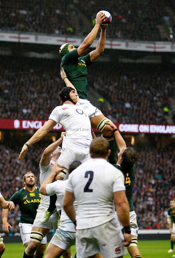 Photo: Richard Lane/Richard Lane Photography. England v South Africa. QBE Autumn Internationals. 24/11/2012. South Africa's Juandre Kruger wins a lineout as England's Ben Morgan challenges.