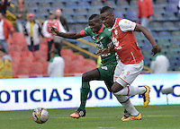 BOGOTÁ -COLOMBIA, 02-04-2016. Carlos Alberto Ibarguen (Der.) jugador de Santa Fe disputa el balón con Jesus Murillo (Izq.) jugador de Patriotas durante partido entre Independiente Santa Fe y Patriotas FC por la fecha 11 de la Liga Aguila I 2016 jugado en el estadio Nemesio Camacho El Campin de la ciudad de Bogota.  / Carlos Alberto Ibarguen (R) player of Santa Fe struggles for the ball with Jesus Murillo (L) player of Patriotas during match between Independiente Santa Fe and Patriotas FC for date 11 of the Liga Aguila I 2016 played at the Nemesio Camacho El Campin Stadium in Bogota city. Photo: VizzorImage/ Gabriel Aponte / Staff