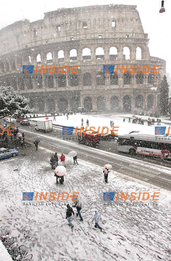 .Roma 12/02/2010 Neve a Roma. Nevicata al Colosseo..Snow in Rome at Colosseum..Photo Samantha Zucchi Insidefoto