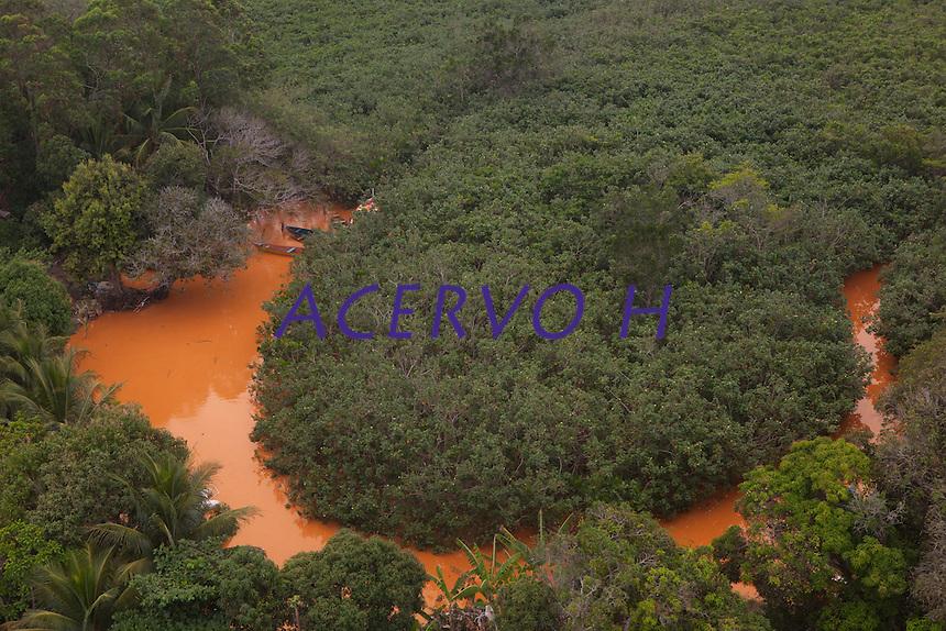 &copy; Marcello Louren&ccedil;o.<br /> <br /> A lama trazida pelo rio Doce chega ao litoral do Espirito Santos.na praia de Reg&ecirc;ncia, mudando a cor das &aacute;guas do oceano Atl&acirc;ntico.<br /> Na tarde deste s&aacute;bado (21). Por volta das 16h, a &aacute;gua come&ccedil;ou a ficar na tonalidade marrom. Uma barreira de 9 km foi montada para proteger a fauna e flora na regi&atilde;o e amenizar os impactos da lama.O Servi&ccedil;o Geol&oacute;gico do Brasil informou que n&atilde;o tem previs&atilde;o para que a parte mais densa dos rejeitos de minera&ccedil;&atilde;o da barragem da Samarco, cujos donos s&atilde;o a Vale e a Anglo-Australiana BHP Billiton, chegue &agrave; foz.<br /> A lama atinge tr&ecirc;s munic&iacute;pios do estado: Linhares, que n&atilde;o usa as &aacute;guas do Rio Doce para abastecimento da cidade. Baixo Guandu, que passou a usar as &aacute;guas do Rio Guandu. E Colatina, que h&aacute; quatro dias parou de usar a &aacute;gua do rio.O rompimento de uma barragem de rejeitos de min&eacute;rio aconteceu no dia 5 de novembro e causou uma enxurrada de lama no distrito de Bento Rodrigues, em Mariana, na regi&atilde;o Central de Minas Gerais<br /> <br /> Linhares, Norte do Esp&iacute;rito Santo, Brasil.<br /> <br /> &copy; Marcello Louren&ccedil;o.<br /> <br /> 24/11/2015