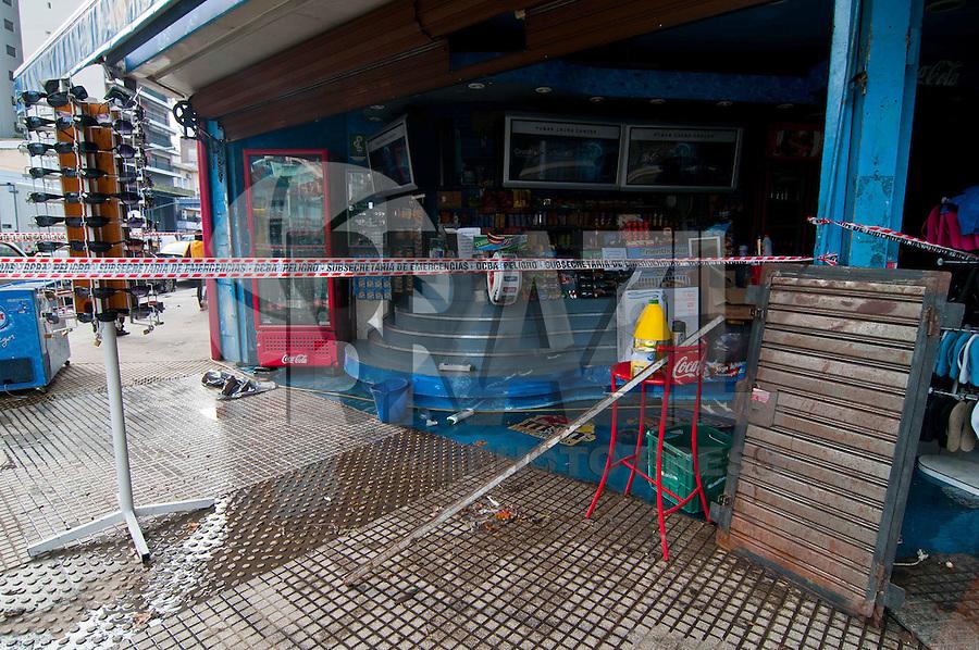 BUENOS AIRES, ARGENTINA, 02 DE FEVEREIRO 2012 - CHUVAS EM BUENOS AIRES - Comericantes e funcionario da prefeitura realizam trabalho de limpeza no cruzamento das ruas Cabildo e Blanco Encalada no bairro de Belgrano, onde na noite de ontem (01) foi um dos ponto mais castigados pelas chuvas que atigiram Buenos Aires capital da Argentina. (FOTO: PATRICIO MURPHY - NEWS FREE).