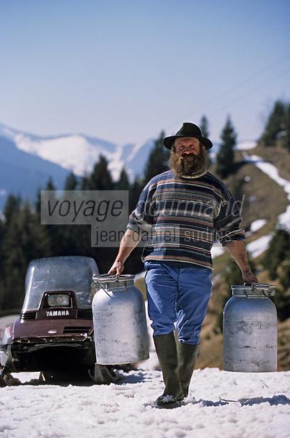 Europe/France/Rhône-Alpes/74/Haute-Savoie/La Chapelle-d'Abondance: Maurice Bovard (agriculteur de montagne et producteur de fromage d'Abondance), ses bidons de lait et son scooter des neiges