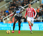 Moussa Sissoko of Newcastle United escapes Stoke's Geoff Cameron - Newcastle United vs. Stoke City - Barclay's Premier League - St James' Park - Newcastle - 08/02/2015 Pic Philip Oldham/Sportimage