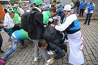 PORTO ALEGRE, RS, 30.06.2014 - MOVIMENTAÇÃO TORCEDORES ALEMANHA X ARGÉLIA - PORTO ALEGRE - Argelinos brigam entre si por causa de ingressos para a partida entre Alemanha x Argélia, válida pelas oitavas de final da Copa do Mundo FIFA 2014 em Porto Alegre, nesta segunda-feira, 30. (Foto: Pedro H. Tesch / Brazil Photo Press).
