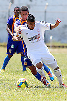 POPAYAN -COLOMBIA-19-07-2014. Jairo Borrero (Izq) jugador de Universitario de Popayan disputa un balón con Emanuel Prisco (Der) jugador de América de Cali  durante partido por la fecha 1 del Torneo Postobón II 2014 jugado en el estadio Ciro Lopez de la ciudad de Popayan./ Jairo Borrero (L) player of Universitario de Popayan fights for the ball with Emanuel Prisco (R) player of America de Cali during the match for the first date of Postobon Tournament II 2014 played at Ciro Lopez stadium in Popayan city. Photo: VizzorImage/Juan C. Quintero/STR