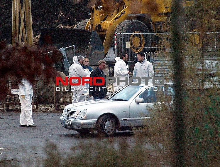 Mann erschieŖt zwei Frauen Ė und anschlieŖend sich selbst<br />  <br /> Bei einer SchieŖerei in Bad Salzuflen (Nordrhein-Westfalen) sind zwei Frauen und ein Mann ums Leben gekommen. Wie die Polizei Lippe mitteilte, hatten Arbeiter auf dem Gel&scaron;nde eines Kompostierwerks gegen 13.15 Uhr SchŁsse gehŲrt. Bei ihren Nachforschungen fanden sie hinter einem parkenden Mercedes drei Leichen Ė einen Mann und zwei Frauen<br /> <br /> Foto &copy; nordphoto<br /> <br /> <br /> <br />  *** Local Caption *** Foto ist honorarpflichtig! zzgl. gesetzl. MwSt.<br />  Belegexemplar erforderlich<br /> Adresse: nordphoto<br /> Georg-Reinke-Strasse 1<br /> 49377 Vechta