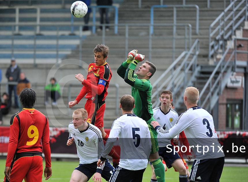 Scotland U19 - Belgium U19 : goalkeeper Jack Hamilton boxes the ball away before Julien De Sart (6) can score.foto DAVID CATRY / Nikonpro.be