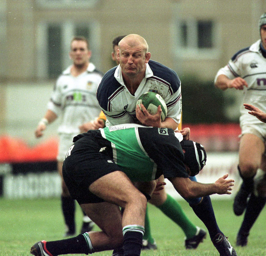 Photo : Garvin Davies.Swansea v L'Aquila Heineken Cup Pool 2, 28-10-00.Swansea flanker Paul Moriarty charges through the Italian defence
