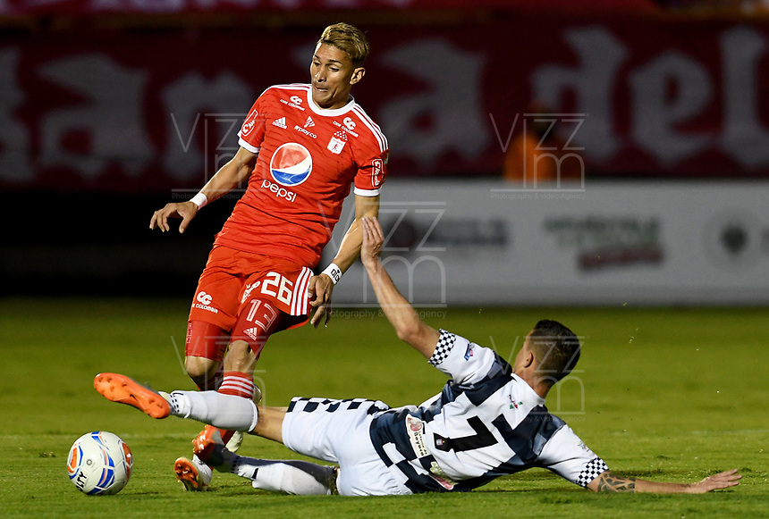 TUNJA - COLOMBIA, 07-10-2018: Juan David Duque (Der) jugador de Boyacá Chicó FC disputa el balón con Jhonatan Perez (Izq) jugador de America de Cali durante partido por la fecha 13 Liga Águila II 2018 realizado en el estadio La Independencia en Tunja. / Juan David Duque (R) player of Boyaca Chico FC fights for the ball with Jhonatan Perez (L) player of America de Cali during match for the date 13 of Aguila League II 2018 played at La Independencia stadium in Tunja. Photo: VizzorImage / Julian Medina / Cont