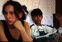 ITALIA Torino  Campo nomadi Rom  (Campo dell'Arrivore, 2001) ritratto di ragazzo, coppia