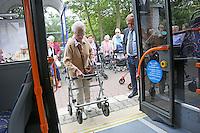Reinhard Blüm (Leiter Verkehrsbetrieb Stadtwerke Rüsselsheim) erklärt den Senioren des Haus am Ostpark den richtigen Umgang beim Einsteigen in die Busse der Stadtwerke, Thea Lamken demonstriert es mit ihrem Rollator