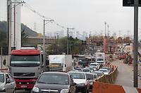SAO PAULO, SP, 29.08.2014 - TRANSITO - SAO PAULO -Av. Guido Caloi Com transito pesado nesta sexta-feira (29) consequente de obras de pavimentação e expansão da linha 5 lilás do metro. (Foto: Fabricio Bomjardim / Brazil Photo Press),