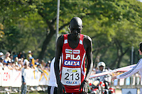 SAO PAULO, SP, 17 JUNHO 2012 - MARATONA SAO PAULO - O queniano Katui Kipkemoi, que chegou em terceiro lugar, durante a 8ª Maratona Internacional de São Paulo, realizado na manhã deste domingo (17) pelas ruas da capital paulista. O atleta passou mal e desmaiou logo após cruzar a linha de chegada. FOTO: LUIZ GUARNIERI - BRAZIL PHOTO PRESS.