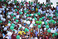 IBAGUE -COLOMBIA, 04-12-2016 . Hinchas del Tolima elevan bombas verdes y blancas en homenaje a los jugadoresd el Chapecoense de Brasil muertos en la tragedia aérea durante el encuentro de vuelta entre el Tolima y el Patrotas de Boyacá por los cuartos de final vuelta de la Liga Aguila II 2016 disputado en el estadio Murillo Toro./  Fans of Tolima hang up globes white and green in honor of the players of Chapecoense of Brazil died in the airplane tragedy, during second leg match between the Tolima and the Boyaca championships during a quarter-final match of the Aguila II 2016 League played in the Murillo Toro stadium. Photo: VizzorImage / Juan Carlos Escobar / Contribuidor