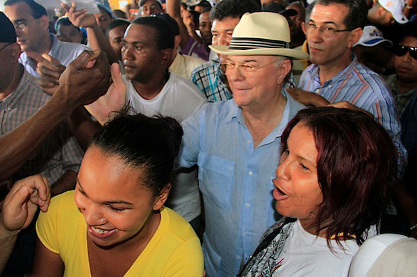 Hipolito Mejia, candidato presidencial por el PRD, visita el mercado de la pulgas, en la ciudad de Santo Domingo.