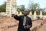 BURKINA FASO , Bobo Dioulasso, grand mosque / Grosse Moschee, aus Lehm im sudanesischen Stil gebaut, Darsteller ALASSANE BISIRI
