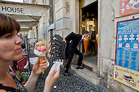Roma 6 Agosto 2014<br /> Sono tornati per pochi minuti i dehors a Piazza Navona. I titolari dei ristoranti  hanno deciso di alzare le saracinesche e ripristinare gli spazi esterni, ma posizionando i tavolini nel rispetto dei limiti imposti dalle concessioni del comune di Roma. Ma gli agenti della municipale li hanno bloccati: &quot;Non sono autorizzati&quot;. Ristorante TreTartufi chiude con i clienti ancora ai tavoli,  per ordine della Polizia Municipale, perch&egrave; non in regola con  i limiti imposti dalle concessioni del comune di Roma.<br /> Rome August 6, 2014 <br /> They came back for a few minutes the dehors in the Piazza Navona. The owners of the restaurants have decided to raise the  rolling shutter and restore the dehors, but by placing the tables within the limits imposed by the concessions of the city of Rome. But the agents of the municipal blocking them: &quot;They are not unauthorised &quot;. Tre Tartufi  Restaurant close, with the clients to the tables, by order of the Municipal Police, why do not comply with the limits imposed by the concessions of the city of Rome.