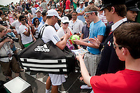 25-06-10, Tennis, England, Wimbledon, Thiemo de Bakker signing autographs after defeating  John Isner
