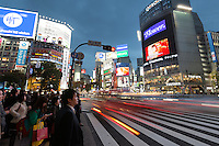 Japan, Tokyo: Neon signs and pedestrian crossing (The Scramble) at night in Shibuya | Japan, Tokyo: Diagonalqueren (Alle-Gehen-Kreuzung) in Shibuya
