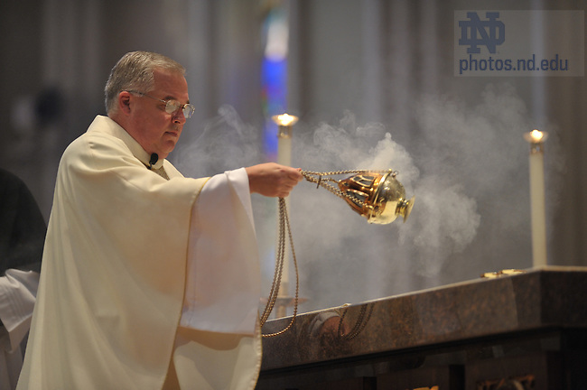 Rev. David Tyson, C.S.C. presides at Mass at the Basilica..Photo by Matt Cashore/University of Notre Dame