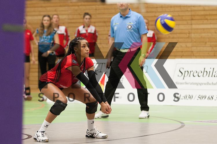 Koepenicks Janisa Johnson nimmt an<br /> <br /> 05.12.2015 Volleyball Frauen 1. Bundesliga Koepenicker SC Berlin  - Schweriner SC <br /> <br /> Foto &copy; PIX-Sportfotos *** Foto ist honorarpflichtig! *** Auf Anfrage in hoeherer Qualitaet/Aufloesung. Belegexemplar erbeten. Veroeffentlichung ausschliesslich fuer journalistisch-publizistische Zwecke. For editorial use only.