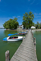Deutschland, Bayern, Oberbayern, Chiemgau, Chiemsee: Bootsanleger vorm Kloster Frauenwoerth auf der Fraueninsel | Germany, Upper Bavaria, Chiemgau, Lake Chiemsee: landing stage in front of Frauenwoerth Monastery on Island Fraueninsel