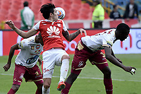 BOGOTÁ - COLOMBIA, 03-11-2018: Ruben Betancourt (Izq.) jugador de Santa Fe disputa el balón con Julian Quiñones (Der.) jugador del Tolima durante el encuentro entre Independiente Santa Fe y Deportes Tolima por la fecha 18 de la Liga Águila II 2018 jugado en el estadio Nemesio Camacho El Campin de la ciudad de Bogotá. / Ruben Betancourt (L) player of Santa Fe struggles for the ball with Julian Quiñones (R) player of Tolima during match between Independiente Santa Fe and Deportes Tolima for the date 18 of the Aguila League II 2018 played at the Nemesio Camacho El Campin Stadium in Bogota city. Photo: VizzorImage / Gabriel Aponte / Staff
