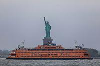 NOVA YORK, EUA, 28.05.2019 - TURISMO-EUA - A balsa que liga Manhattan a Staten Island é vista passando pela Estátua da Liberdade em Nova York, nos Estados Unidos. (Foto: William Volcov/Brazil Photo Press/Agencia O Globo) Mundo