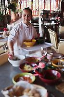 Afrique/Afrique du Nord/Maroc/Env d' Essaouira/Ounagha:Table d'Hôte du Domaine: Le Val d'Argan- Service des salades du potager bio accomapgnées des différentes huiles d'argan et d'olive