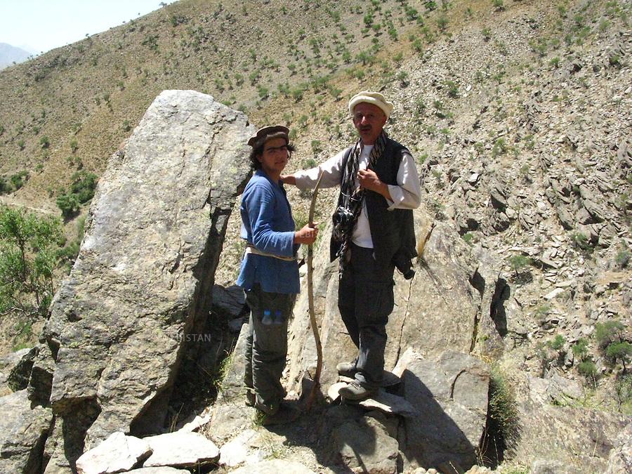 AFGHANISTAN - VALLEE DU PANJSHIR - 17 aout 2009 : Reza et Delazad Deghati lors d'une marche dans les montagnes encadrant la vallee du Panjshir. ..AFGHANISTAN - PANJSHIR VALLEY - August 17th, 2009 : Reza and Delazad Deghati on a walk through the mountains surrounding the Panjshir Valley.