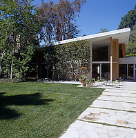 The exterior of a mid-century modern house by Modernist architect A. Quincy Jones