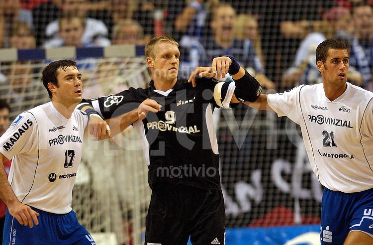 Handball Maenner 1. Bundesliga 2002/2003 Flensburg (Germany) SG Flensburg-Handewitt - THW Kiel (30:24) Mitte Klaus-Dieter Petersen (THW) in der Zange zwischen links Andrej Klimovets rechts Lars Krogh Jeppesen (beide Flensburg)