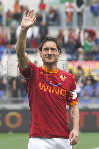 23.04.2011 - Stadio olimpico di Roma. Seria A. - AS Roma versus AC Chievo Verona - Francesco Totti greeets his supporters