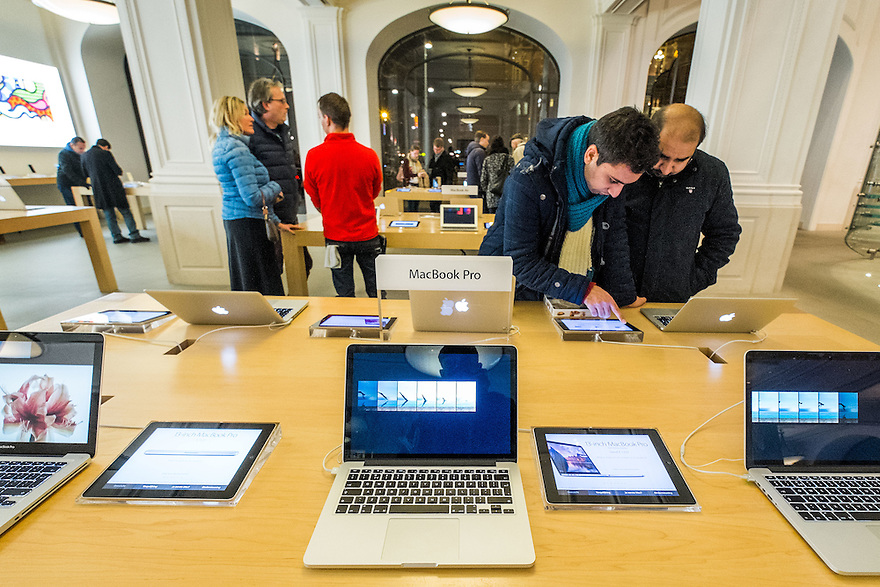 Nederland, Amsterdam, 31 jan 2015<br /> Winkelend publiek in het centrum van de stad, in de Apple Store, macwinkel op het Leidseplein<br /> <br /> Foto: (c) Michiel Wijnbergh