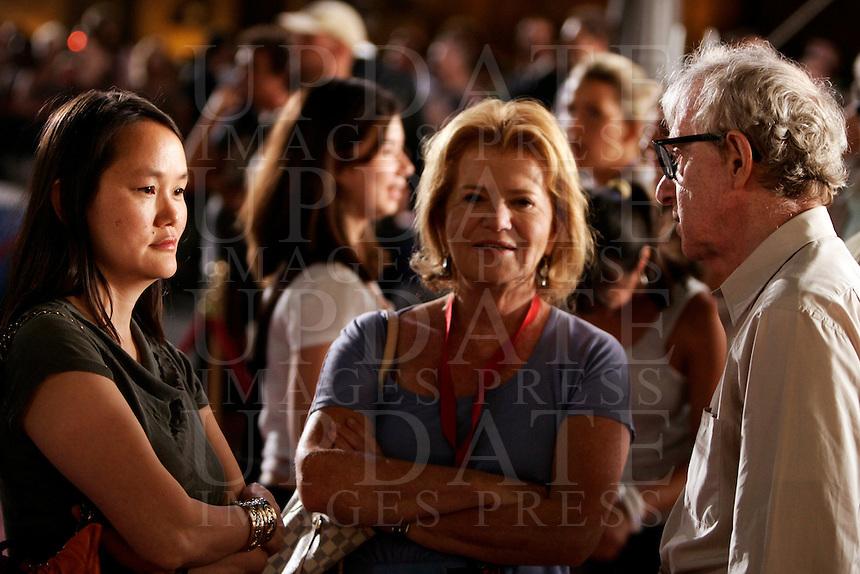 "Il regista statunitense Woody Allen, a destra, parla con la moglie Soon-Yi Previn, a sinistra, e con la sorella, la produttrice Letty Aronson, sul set del suo prossimo film ""The Bop Decameron"", a Roma, 9 agosto 2011..US director Woody Allen, right, talks to his wife Soon-Yi Previn, left, and his sister and producer Letty Aronson, during the shooting of his next movie ""The Bop Decameron"" in Rome, 9 august 2011..UPDATE IMAGES PRESS/Riccardo De Luca"