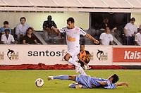 SANTOS, SP, 10 de MAIO DE- 2012_COPA SANTANDER LIBERTADORES- SANTOS X BOLIVAR -Lance durante partida. no estadio da Vila Belmiro  (FOTO: ADRIANO LIMA - BRAZIL PHOTO PRESS)