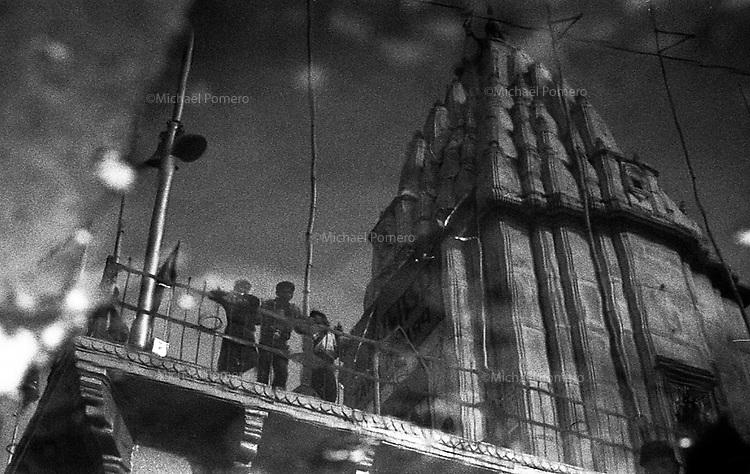 11.2008 Varanasi (Uttar Pradesh)<br /> <br /> Temple reflecting on water.<br /> <br /> Temple se reflétant dans l'eau.